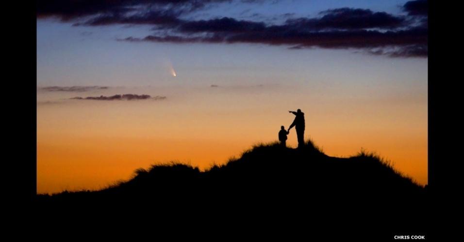 3.jul.2014 - Chris Cook passou semanas se preparando para fotografar o cometa PanSTARRS e alimentar o interesse de seu filho por astronomia. Na foto, pai e filho observam cometa