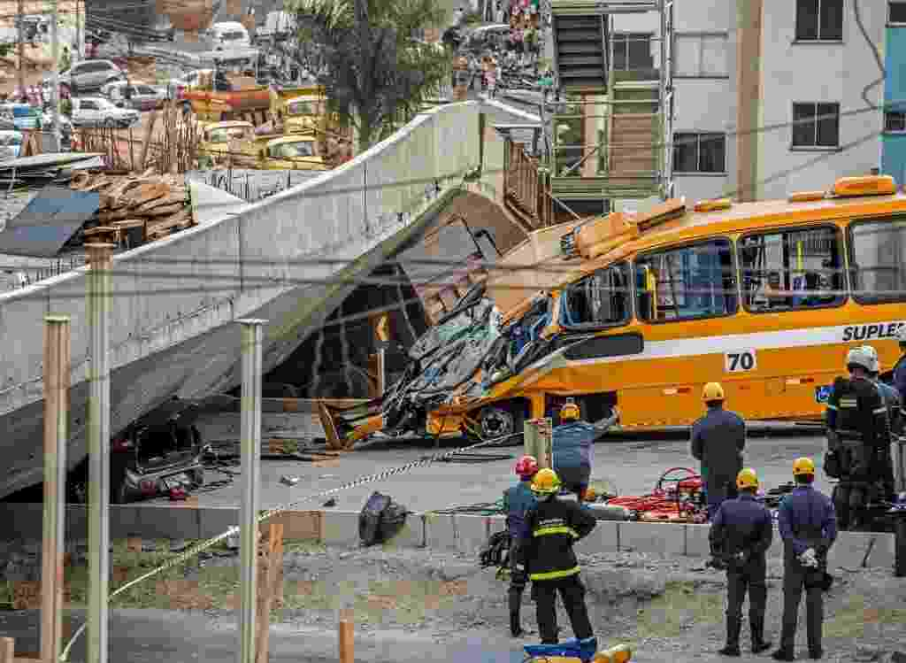 3.jul.2014 - Dois caminhões foram esmagados pelo viaduto que desabou na capital mineira - Pedro Duarte/AFP