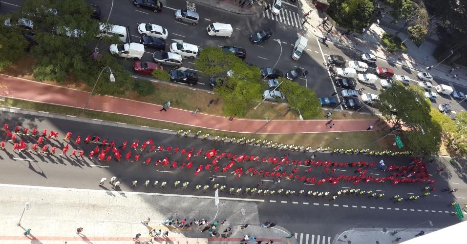 3.jul.2014 - Em fila indiana, integrantes do MTST (Movimento dos Trabalhadores Sem-Teto) faz passeata na zona oeste de São Paulo,nesta quinta-feira (3). O grupo pretende marchar até o gabinete da Presidência, localizado na avenida Paulista