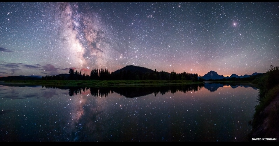 3.jul.2014 - Esta fotografia mostra a Via Láctea refletida na curva Oxbow do rio Snake, no Parque Nacional de Grand Teton, EUA