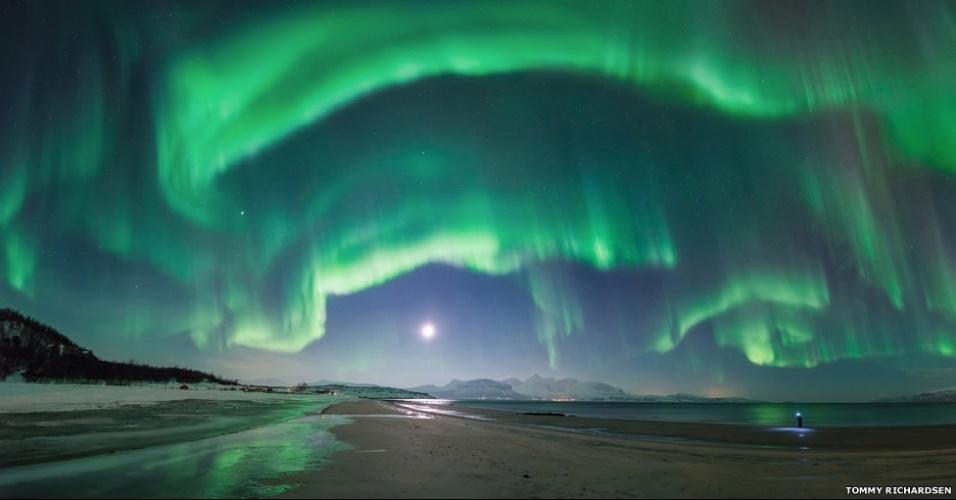 3.jul.2014 - Esta imagem da aurora boreal sobre a praia Steinsvik, em Nordreisa, Troms, na Noruega, mostra a diminuta figura do irmão do fotógrafo Tommy Richardsen