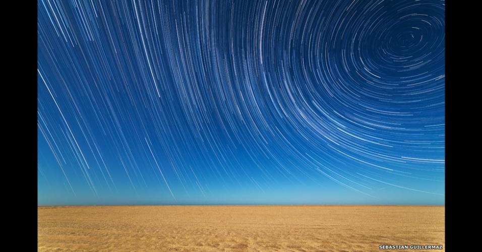 3.jul.2014 - O argentino Sebastián Guillermaz também produziu esta fotografia das luzes das estrelas sob a praia em Mar de Ajo, em Buenos Aires. O fotógrafo utilizou várias imagens para criar um efeito de passagem do tempo