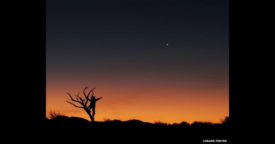 3.jul.2014 - Por do sol e flora do cerrado africano compõem o primeiro plano desta imagem do alinhamento dos planetas Júpiter, Vênus e Mercúrio em junho de 2013