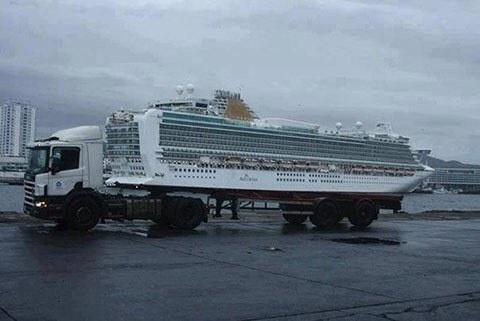 3.jul.2014 - Um caminhão capaz de carregar um navio cruzeiro? Não, pera... Não é bem assim...