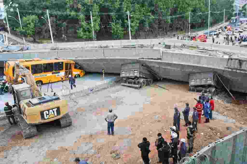 3.jul.2014 - Um viaduto desabou na Avenida Pedro I, próximo à Lagoa do Nado, região da Pampulha, em Belo Horizonte - Mariana Melo/NITRO/UOL