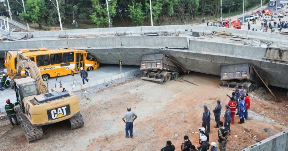 3.jul.2014 - Um viaduto desabou na Avenida Pedro I, próximo à Lagoa do Nado, região da Pampulha, em Belo Horizonte