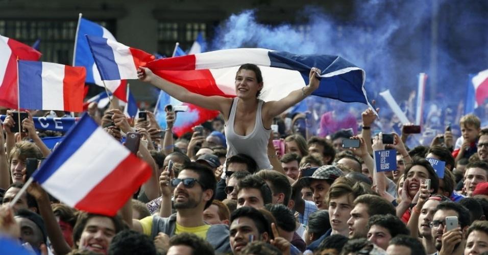 4.jul.2014 - Torcedores franceses se reúnem para assistir ao jogo entre França e Alemanha nas quartas-de-final da Copa do Mundo 2014, em frente ao Hotel de Ville, sede da prefeitura de Paris