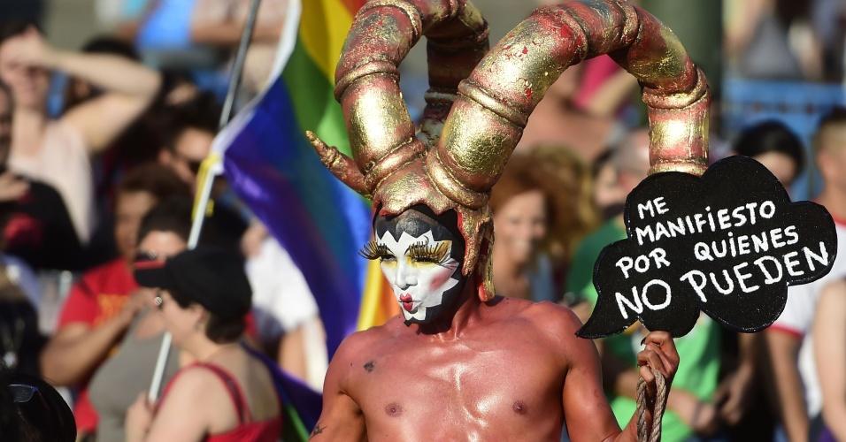 5.jul.2014 - Com trajes irreverentes e mensagens em favor dos direitos LGBT (lésbicas, gays, bissexuais e transgêneros), foliões participam da versão espanhola da Parada do Orgulho Gay, realizada em Madri, neste sábado (5). Os organizadores esperam mobilizar mais de um milhão de pessoas