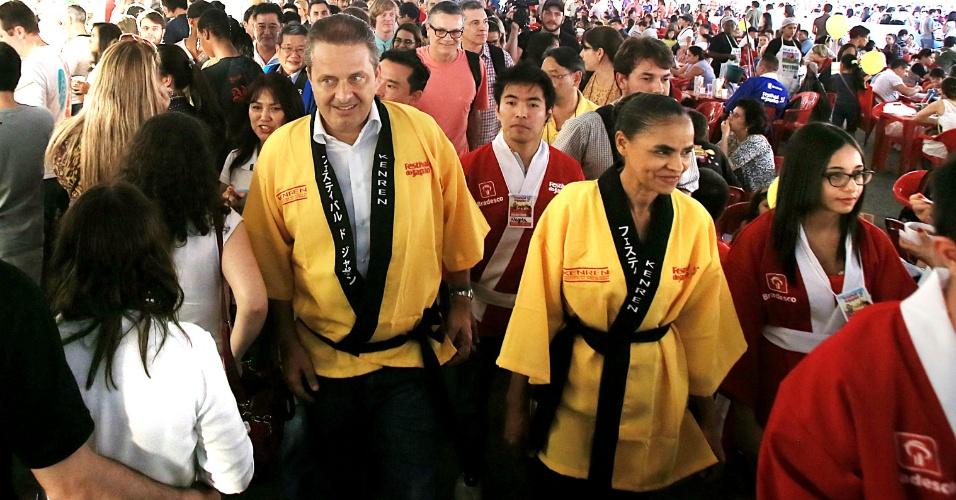 5.jul.2014 - Um dia antes do início oficial da campanha eleitoral, Eduardo Campos (à esquerda) e Marina Silva (à direita), do PSB e do Rede, respectivamente, visitaram neste sábado (5) o 17º Festival do Japão, na zona sul de São Paulo. Campos será candidato à Presidência da República e terá Marina como vice.