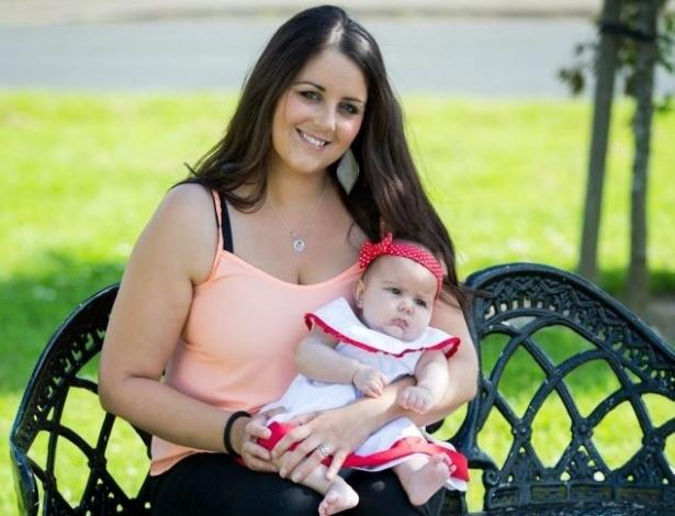 """6.jul.2014 - Dez dias após ter sofrido um aborto espontâneo e tomado duas pílulas abortivas por orientação médica, a irlandesa Michelle Hui descobriu em um exame antes de uma curetagem que ainda estava grávida. Ela esperava gêmeos, e um dos bebês sobrevivera. A pequena Megan Hui - que segundo a mãe significa """"forte guerreira""""- nasceu em 25 de fevereiro deste ano, com 2,721 kg. Ela é a irmã mais nova de mais dois irmãos. A bebê está forte e saudável, conta Michelle. """"Os médicos dizem que essa foi uma benção, que nunca viram nada semelhante"""""""
