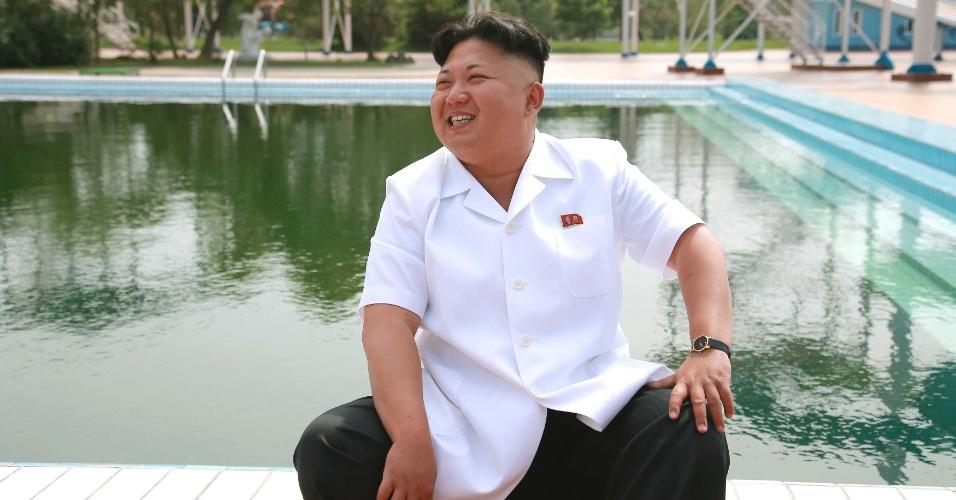 6.jul.2014 - Líder norte-coreano, Kim Jong Un inspeciona acampamento internacional para crianças em Songdowon