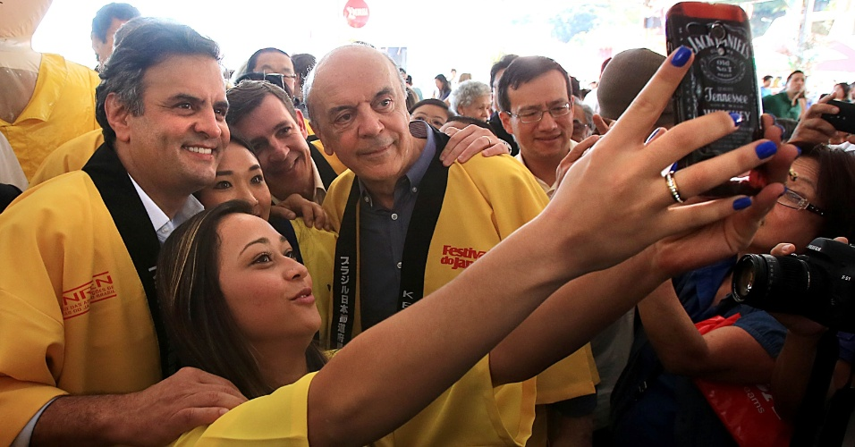 6.jul.2014 - O candidato à Presidência da República pelo PSDB, Aécio Neves, visitou o 17º Festival do Japão, na zona sul de São Paulo. Ele teve a companhia do governador de São Paulo, Geraldo Alckmin, e de José Serra, também do PSDB