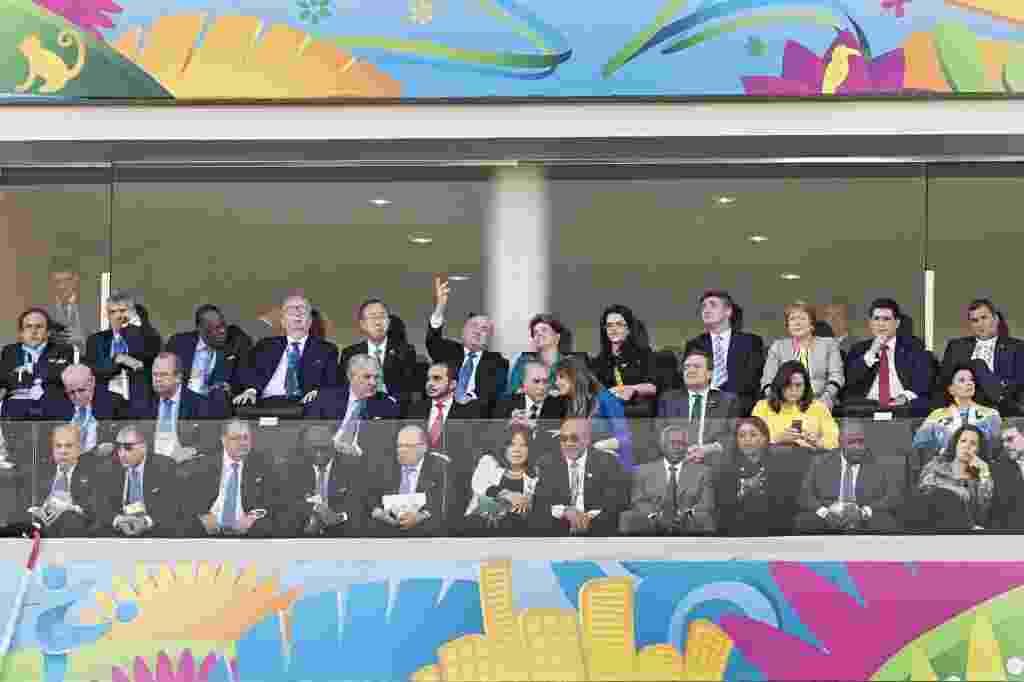 12.jun.2014 - A presidente Dilma Rousseff, ao lado de Joseph Blatter, presidente da Fifa, e autoridades mundiais, acompanha a abertura da Copa do Mundo 2014 na Arena Corinthians, em São Paulo. Uma falha no esquema de segurança quase terminou em morte dentro do estádio durante o jogo de abertura da Copa entre Brasil e Croácia. Um homem armado posicionado perto da tribuna onde estavam as autoridades deixou a segurança em estado de alerta e quase foi atingido por um atirador de elite. O disparo foi evitado... - Eduardo Knapp/Folhapress