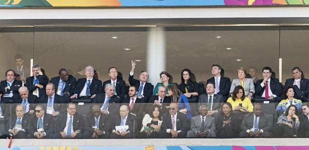 Ao lado do presidente da Fifa, Joseph Blatter, Dilma acompanha a abertura da Copa no Brasil