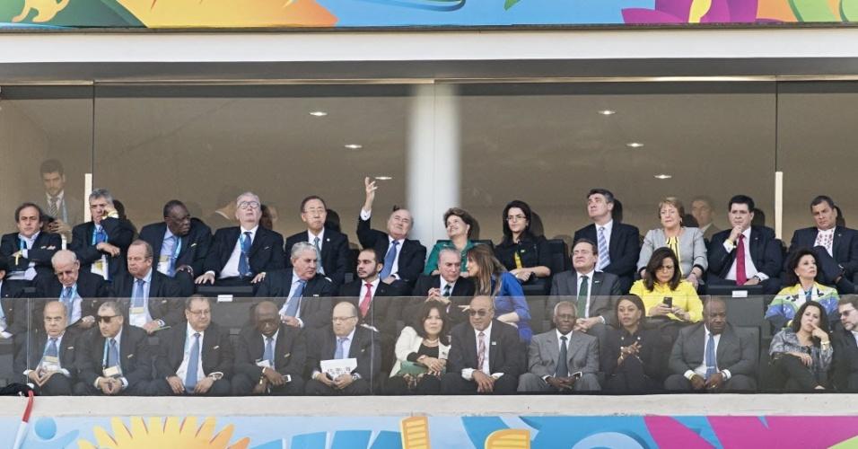 12.jun.2014 - A presidente Dilma Rousseff, ao lado de Joseph Blatter, presidente da Fifa, e autoridades mundiais, acompanha a abertura da Copa do Mundo 2014 na Arena Corinthians, em São Paulo. Uma falha no esquema de segurança quase terminou em morte dentro do estádio durante o jogo de abertura da Copa entre Brasil e Croácia. Um homem armado posicionado perto da tribuna onde estavam as autoridades deixou a segurança em estado de alerta e quase foi atingido por um atirador de elite. O disparo foi evitado...