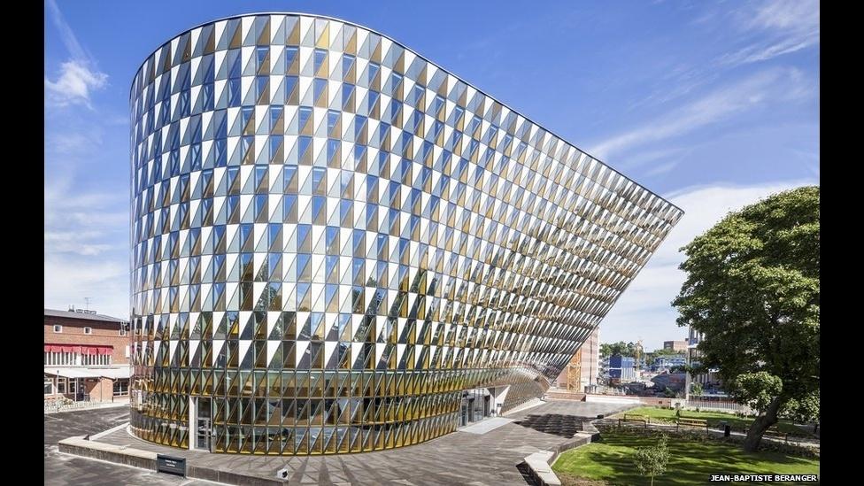 7.jul.2014 - A Ala Medica, na Universidade de Medicina do Instituto Karolinska, em Solna, na Suécia, foi criada pelo escrtório Arkitektkonter AB