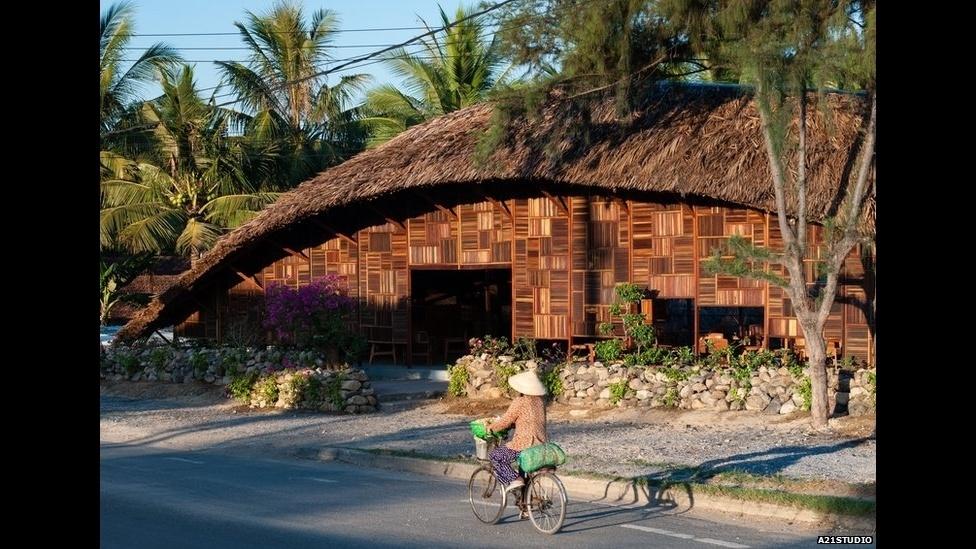 7.jul.2014 - A companhia de arquitetura vietnamita a21 studio transformou madeira de demolição em uma cafeteria em Nha Trang, Vietnã