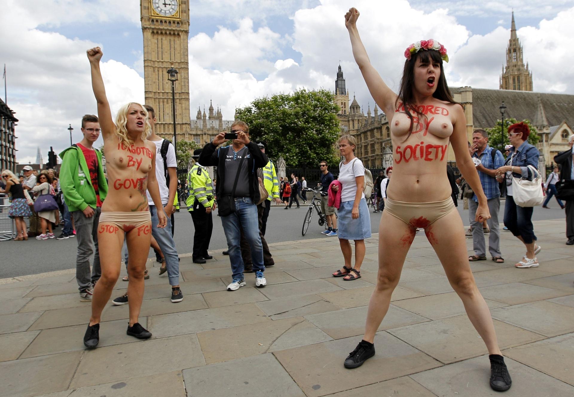 7.jul.2014 - Ativistas do Femen protestam contra a MGF (Mutilação Genital Feminina) na Praça do Parlamento, no centro de Londres, nesta segunda-feira (7)