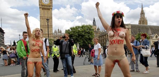 Ativistas do Femen protestam contra a MGF (Mutilação Genital Feminina) na Praça do Parlamento, no centro de Londres, em julho de 2014