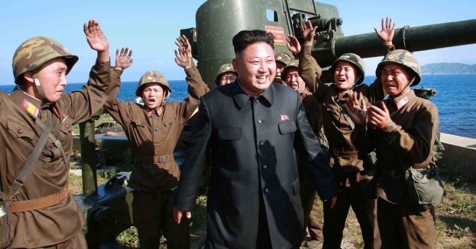 7.jul.2014 - Ditador norte-coreano Kim Jong-un recebe saudação de soldados enquanto vistoria equipamentos militares próximo ao mar leste da Coreia do Norte