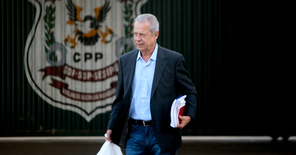 7.jul.2014 - Ex-ministro José Dirceu sai do CPP (Centro de Progressão Penitenciaria), para o segundo dia de trabalho no escritório do advogado Gerardo Grossi, em Brasília, nesta segunda-feira (7)