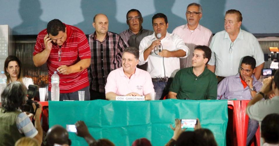7.jul.2014 - O candidato ao governo do Rio de Janeiro, Anthony Garotinho, encontrou lideranças no condomínio Village Pavuna, na Pavuna, zona norte do Rio, nesta segunda-feira (7)