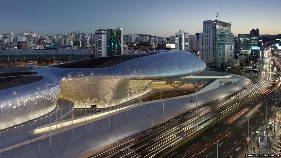 7.jul.2014 - O Dongdaemun Design Plaza, em Seul, Coreia do Sul, foi criado pelo escritório da arquiteta Zaha Hadid