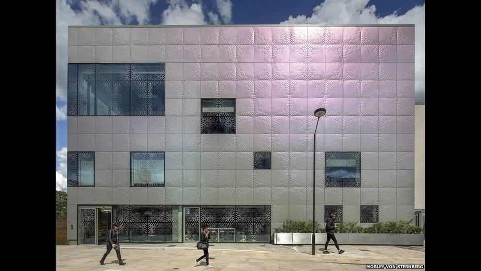 7.jul.2014 - O espaço cultural Spotlight Youth, em Londres, 'oferece de graça instalações sofisticadas de (produção em) som, filme, design, arte e radiodifusão'. O projeto é do Astudio