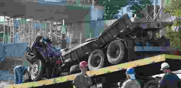 Caminhão é removido durante demolição parcial do viaduto que desabou na avenida Pedro I, em Belo Horizonte (MG) - Denilton Dias/O Tempo/Estadão Conteúdo