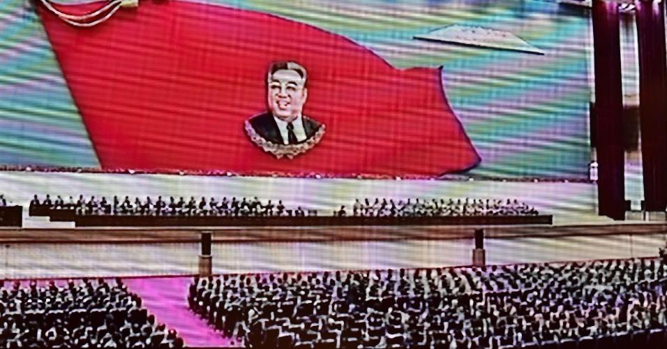 8.jul.2014 - A TV estatal norte-coreana (na imagem) exibiu nesta terça-feira (8) a reunião para comemorar o 20º aniversário da morte de Kim Il-sung, avô do atual líder do país e considerado fundador da nação. Kim Jong-un presidiu a celebração, realizada em Pyongyang