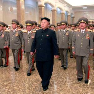 O líder norte-coreano Kim Jong-un visita o palácio de Kumsusan do Sol, em Pyongyang