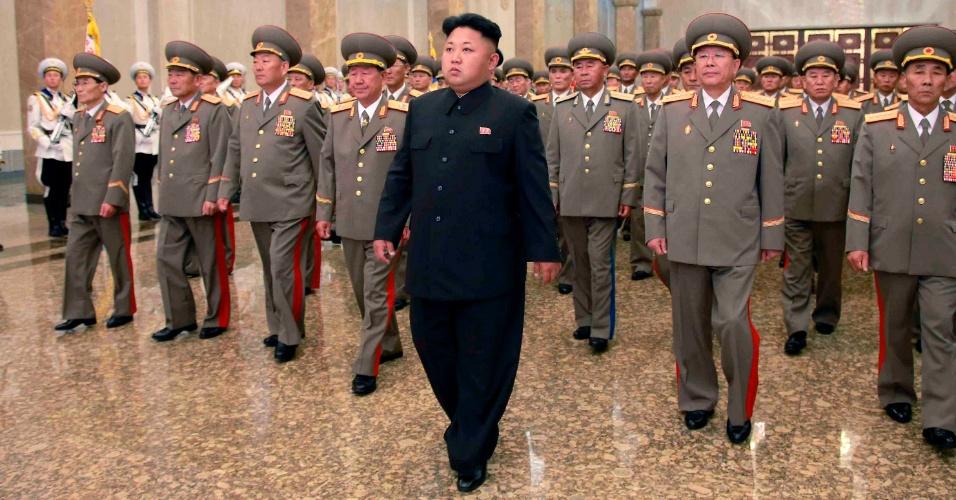 8.jul.2014 - O líder norte-coreano Kim Jong-un visita o palácio de Kumsusan do Sol, em Pyongyang, à meia-noite de terça-feira (8), por ocasião do 20º aniversário da morte do presidente Kim Il-sung, avô de Kim Jong-un. Imagens de mídia estatal norte-coreana mostraram Kim Jong-un mancando no palco da cerimônia de homenagem, em uma rara demonstração de fraqueza no país onde líderes são retratados como semideuses