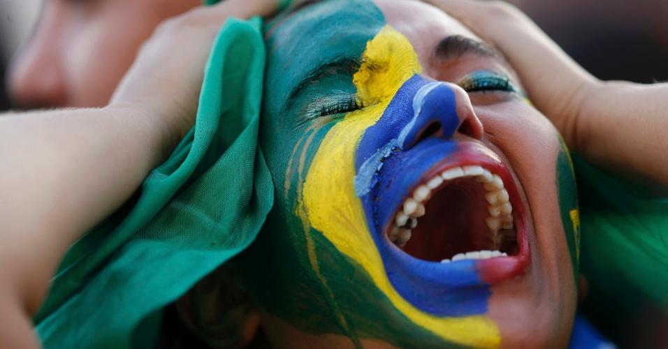 8.jul.2014 - Torcedora brasileira se desespera enquanto assiste a goleada da Alemanha contra o Brasil, pelas semifinais da Copa do Mundo de futebol, na Fan Fest em Brasília