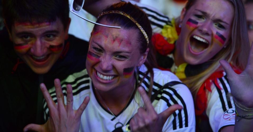8.jul.2014 - Torcedora comemora a goleada alemã de sete a um contra o Brasil nas semifinais da Copa do Mundo de futebol, que aconteceu no estádio do Mineirão, em Belo Horizonte