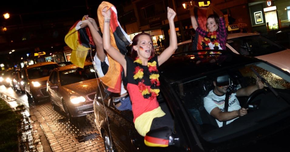 8.jul.2014 - Torcedoras comemoram em Colônia, ao leste da Alemanha, a vitória de sete a um da seleção do país sobre o Brasil nas semifinais da Copa do Mundo de futebol