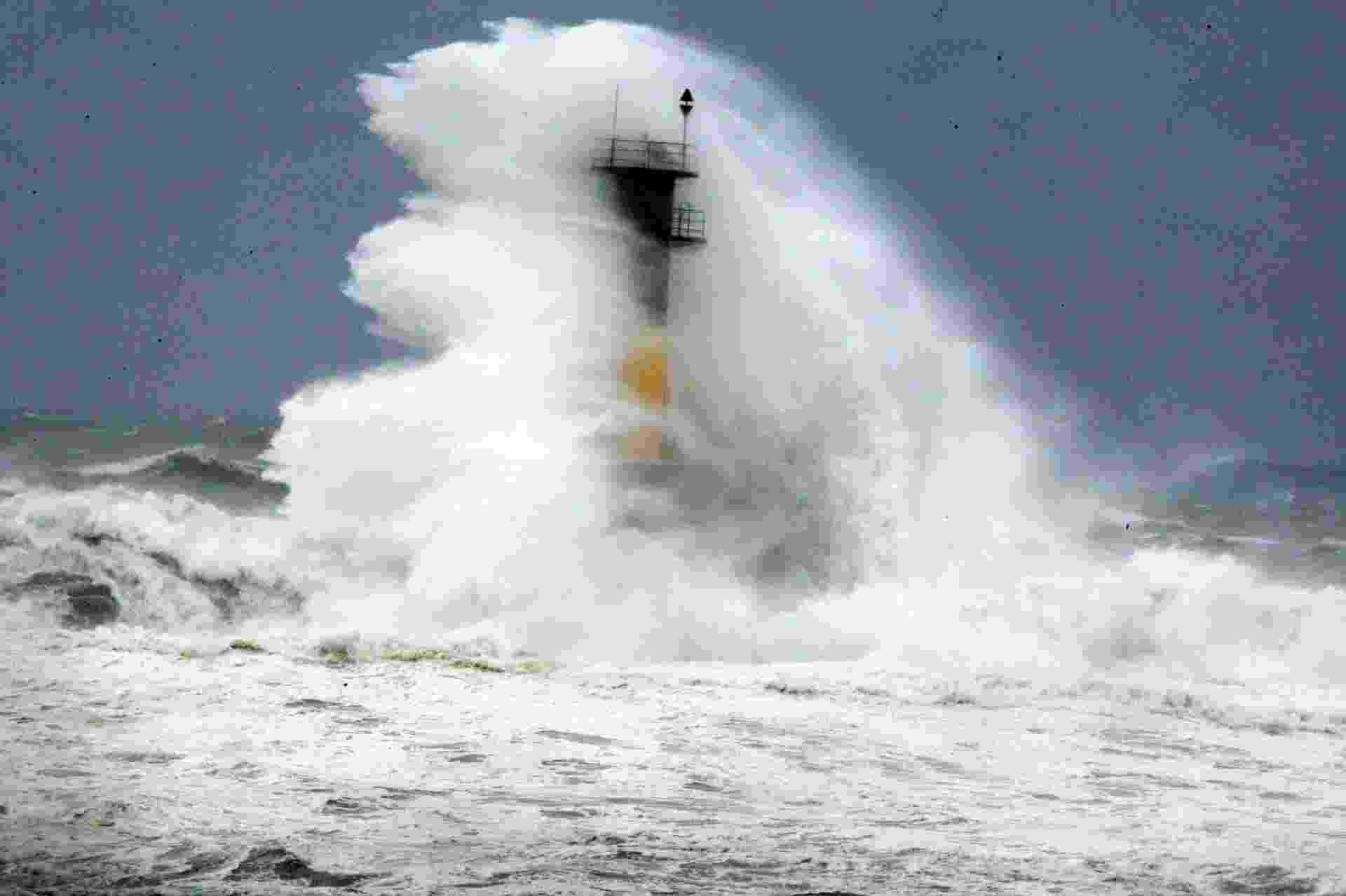 9.jul.2014 - Ondas provocadas pelo tufão Neoguri atingem farol em Seogwipo, na ilha de Jeju (extremo sul da Coreia do Sul), nesta quarta-feira (9). A Administração Meteorológica Regional de Jeju renovou o nível de alerta de tufão, conforme a aproximação do tufão Neoguri. A tempestade perdeu parte da força nas últimas horas, mas mantem-se intenso, com rajadas de mais de 250 km/h - Ko Sung-sik/Yonhap/Reuters