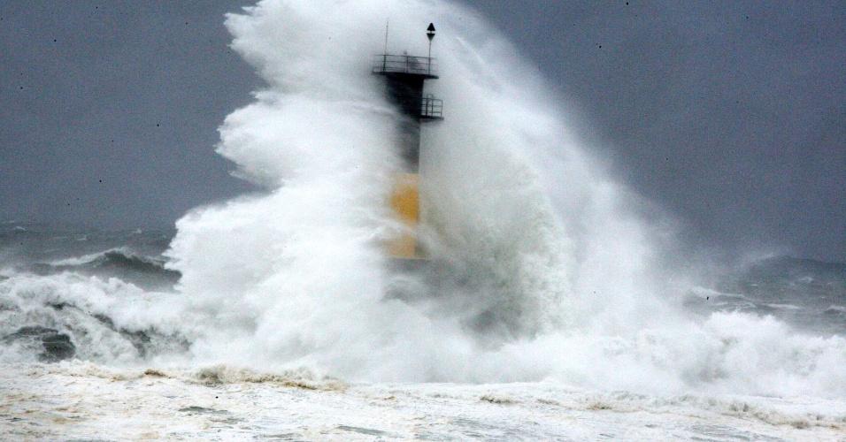 9.jul.2014 - Ondas provocadas pelo tufão Neoguri atingem farol em Seogwipo, na ilha de Jeju (extremo sul da Coreia do Sul), nesta quarta-feira (9). A Administração Meteorológica Regional de Jeju renovou o nível de alerta de tufão, conforme a aproximação do tufão Neoguri. A tempestade perdeu parte da força nas últimas horas, mas mantem-se intenso, com rajadas de mais de 250 km/h