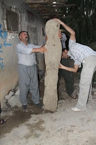 10.jul.2014 - Aldeões descobriram acidentalmente os artefatos na região do Curdistão, no norte do Iraque. Na imagem, uma estátua dentro de uma vila moderna