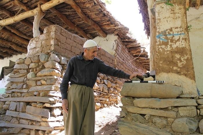 10.jul.2014 - Em alguns casos, os artefatos foram reutilizados por moradores depois de encontrados. Nesta foto, a pedra, com a vara de medição em cima, originalmente o torso de uma estátua humana em tamanho natural, foi utilizada em uma construção moderna