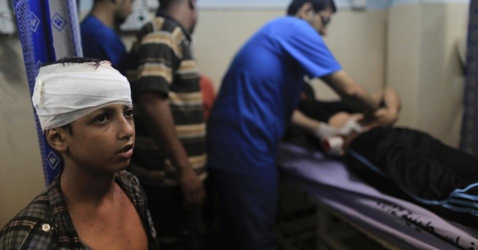 10.jul.2014 - Garoto palestino é atendido em hospital em Gaza, após ataque aéreo israelense