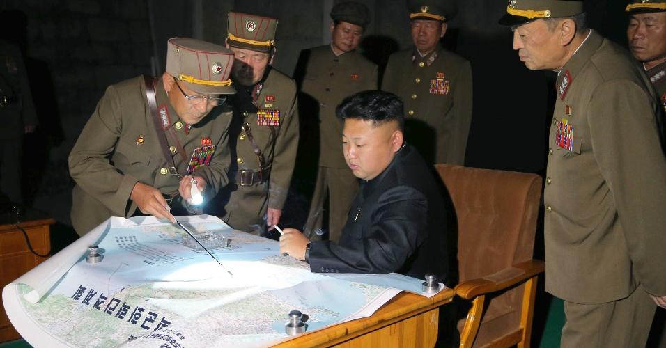 10.jul.2014 - O líder norte-coreano, Kim Jong-un, orienta militares durante exercício de lançamento de foguetes táticos, em Pyongyang