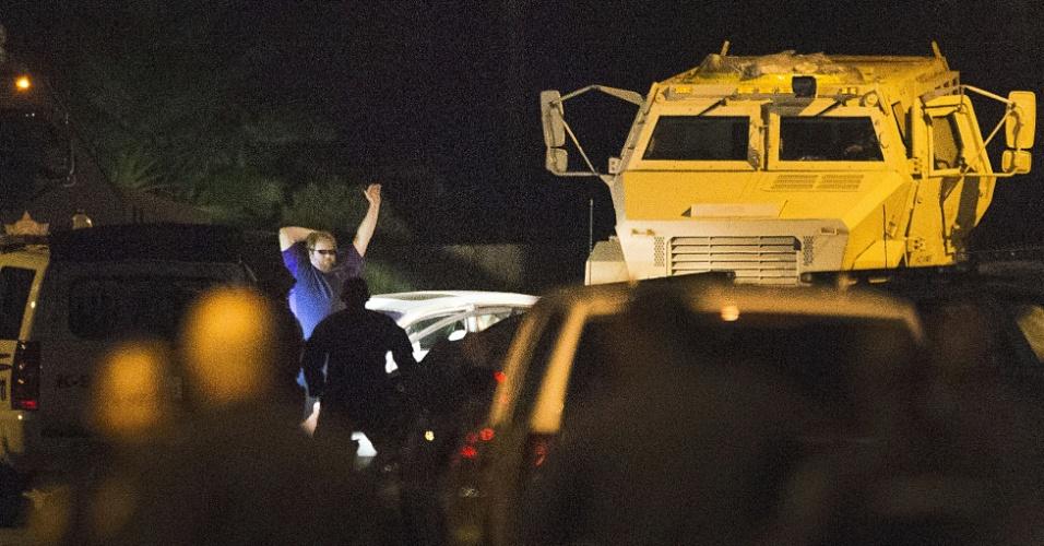 9.jul.2014 - Policiais cercam suspeito de matar seis pessoas, incluindo quatro de seus filhos, em Spring, Texas, Estados Unidos