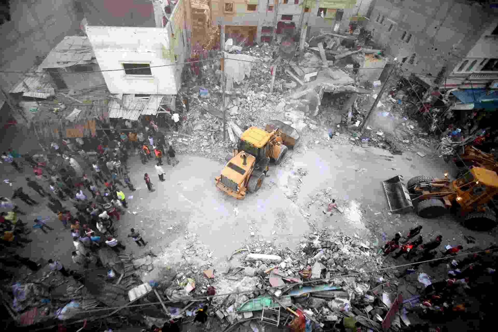 11.jul.2014 - Escavadeira remove os escombros de atingida por ataque aéreo israelense em Rafah, no sul da Faixa de Gaza, nesta sexta-feira (11). Cinco pessoas, incluindo uma mulher e uma criança de sete anos de idade, morreram quando a casa, de um suposto militante do Hamas. Outras 15 pessoas ficaram feridas no ataque, segundo o porta-voz dos serviços de emergência de Gaza - Said Khatib/AFP