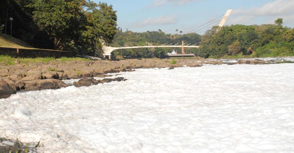 11.jul.2014 - Rio Piracicaba amanhece, nesta sexta-feira (11), coberto por uma manta de espuma branca, em Piracicaba (SP)