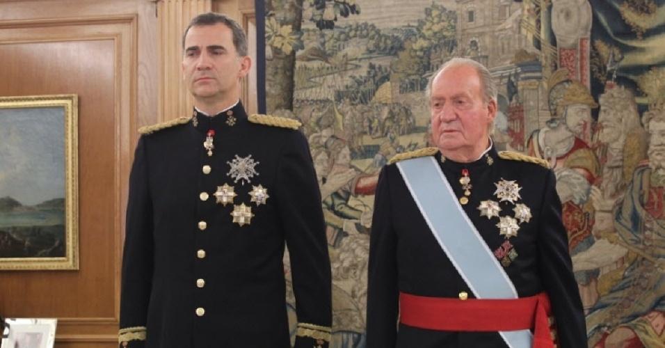 19.jun.2014 -  O rei Felipe 6º, novo rei da Espanha, posa ao lado do rei Juan Carlos, que renunciou ao trono no início de junho