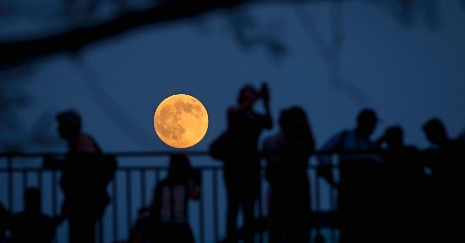 11.jul.2014 - Nova-iorquinos observam a Superlua de ponte em Manhattan. O fenômeno acontece quando a Lua atinge seu ponto mais próximo à Terra enquanto está em sua fase plena