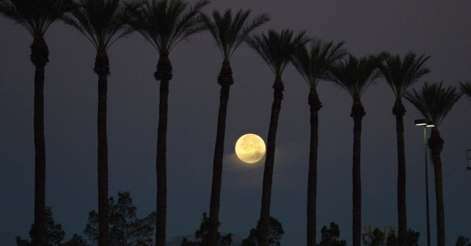 12.jul.2014 - Fenômeno conhecido como superlua ilumina o céu de Las Vegas (EUA). Os cientistas usam essa denominação para explicar o momento em que a Lua está mais próxima da Terra e parece maior e mais brilhante