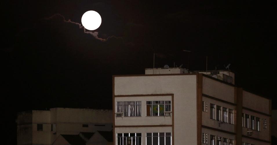 12.jul.2014 - Fenômeno da Superlua é visto sobre as proximidades do estádio de São Januário, do Vasco da Gama, na cidade do Rio de Janeiro