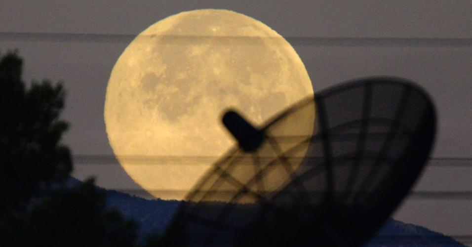 12.jul.2014 - Lua cheia, conhecida como superlua, aparece no céu de Las Vegas (Nevada, EUA). O evento astronômico ocorre quando a lua se aproxima da órbita da Terra, fazendo com que ela pareça maior e mais brilhante que o normal