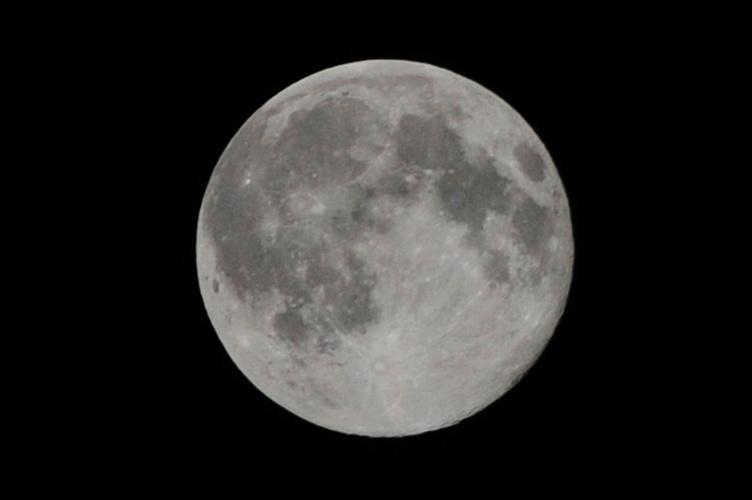 12.jul.2014 - Lua cheia é vista no céu da cidade de Rawalpindi, no Paquistão